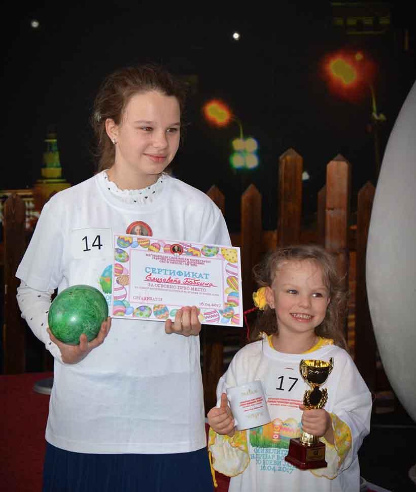 Победничката Бабкина со сестричката и признанијата