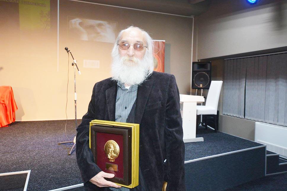 "Василе Димески со наградата ""Державин"""
