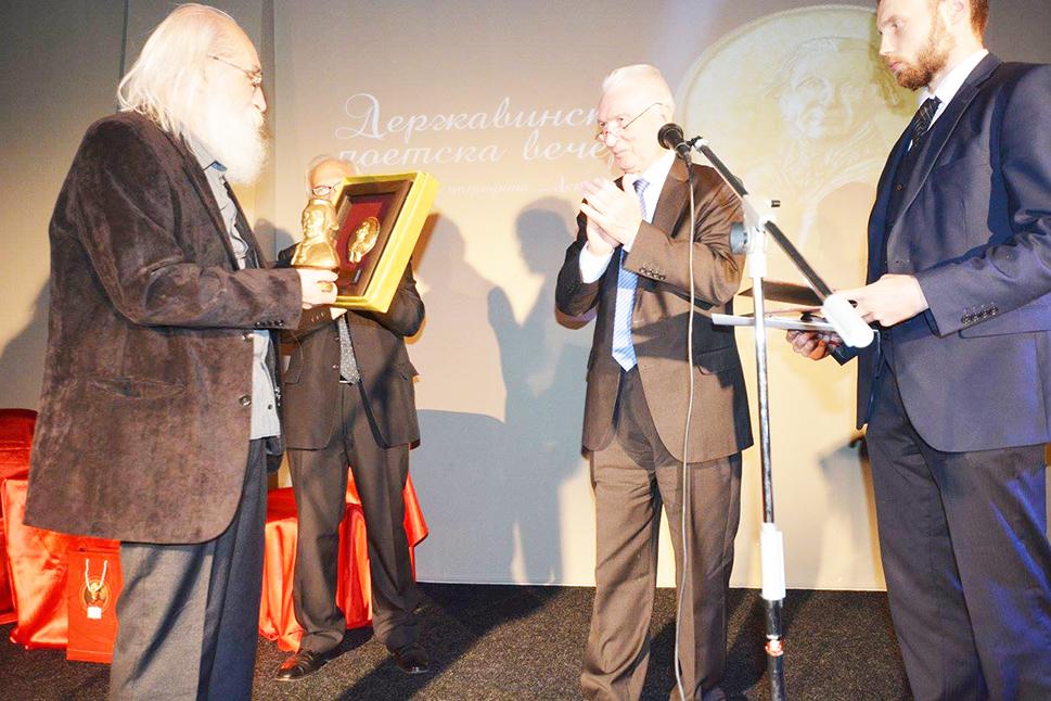 Олег Шчербак, амбасадор на Руската Федерација во Македонија му го предава високото признание на лауреатот Димески