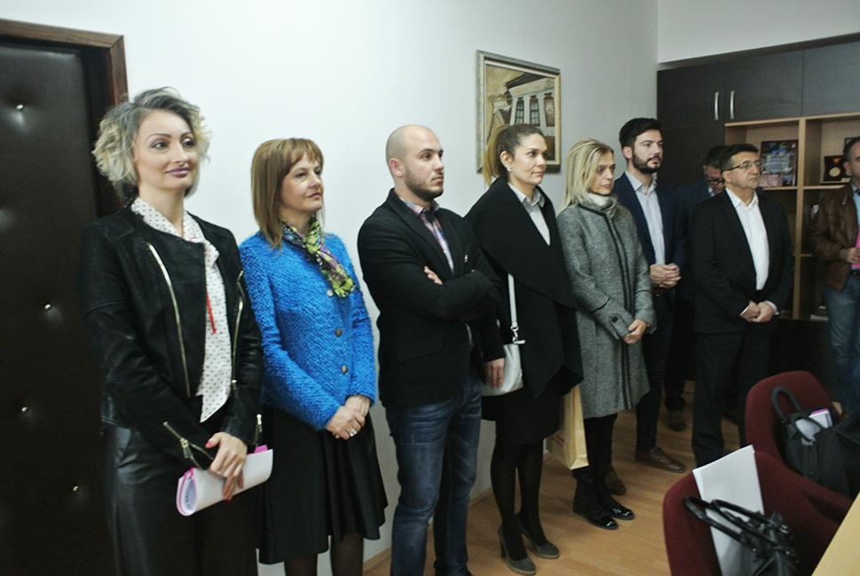 - На убавиот чин присуствуваа советниците од ВМРО ДПМНЕ...