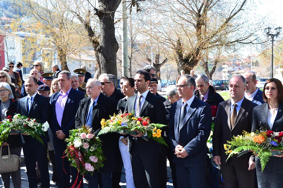 Делегации положија свежо цвеќе на споменикот на депортираните евреи