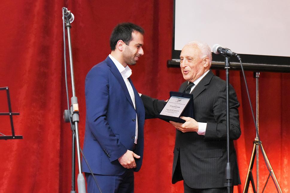 Проф.д-р Методи Чепреганов го прима признанието за животно дело од рацете на градоначалникот Благој Бочварски